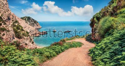 Papiers peints Ancienne route vers la plage d'Agia Eleni. Paysage marin coloré du matin de la mer Méditerranée. Scène extérieure lumineuse de l'île de Céphalonie, Grèce, Europe. Voyager sur les îles ioniennes