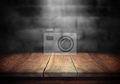 Papiers peints Ancienne table en bois avec mur de bloc de béton flou dans le fond de la pièce sombre.