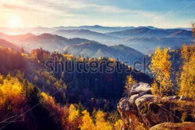 Papiers peints Arbres majestueux avec poutres ensoleillées à la vallée de montagne. Scène matinale dramatique et pittoresque. Feuilles rouges et jaunes. Effet tonifiant chaud. Carpates, crête Sokilsky. Ukraine, Euro