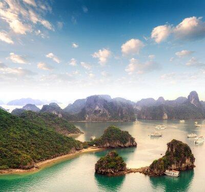 Papiers peints Archipel de nombreuses îles dans la baie d'Halong au Vietnam