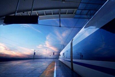 Papiers peints arrêt du train à la gare avec le coucher du soleil