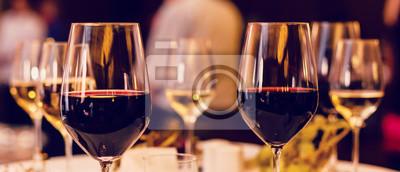Papiers peints Art des verres à vin sur la table