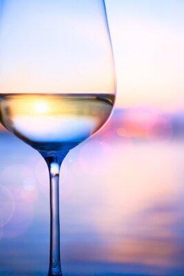 Papiers peints Art du vin blanc sur le fond de la mer d'été