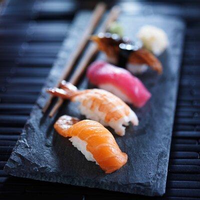 Papiers peints assortiment de sushi nigiri sur ardoise