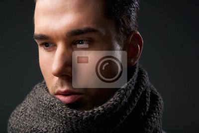Attractive jeune homme avec écharpe en laine gris papier peint ... 14d15534cd9