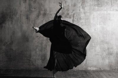 Papiers peints Ballerina in ballroom. Ballet dancer in studio. Black and white monochrome.