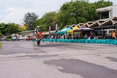 BANGKOK - MAI 18,2014: les coureurs non identifiés Stunt Bike motard superbe dans duc me KTM Track and Test de 2014 le 18 mai au Motor Sport Terrain, Bangkok, Thaïlande