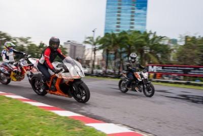 BANGKOK - MAI 18,2014: pilote d'essai non identifié KTM 1190 RC8 au duc me KTM Track and Test de 2014 le 18 mai au Motor Sport Terrain, Bangkok, Thaïlande