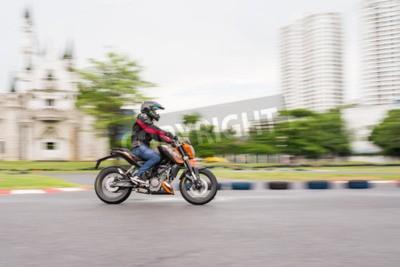 BANGKOK - MAI 18,2014: pilote d'essai non identifié KTM Duke 200 en duc me KTM Track and Test de 2014 le 18 mai au Motor Sport Terrain, Bangkok, Thaïlande