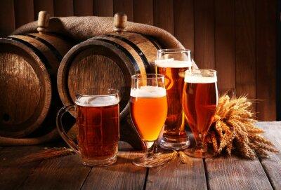 Papiers peints baril de bière avec des lunettes de bière sur la table en bois sur fond