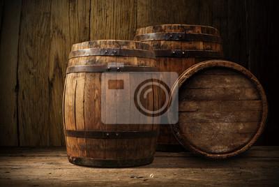 Baril de bière avec des verres de bière sur une table en bois.
