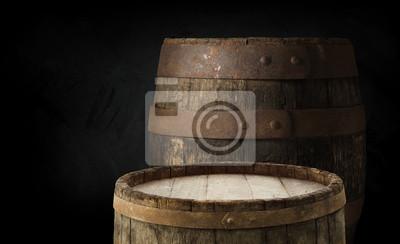 Baril de bière avec verre à bière sur table sur fond en bois