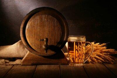 Papiers peints baril de bière en verre de bière sur la table sur fond de bois