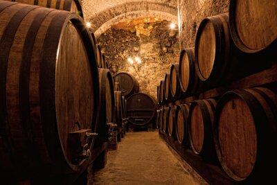 Papiers peints Barils en bois avec vin dans une cave à vins, Italie