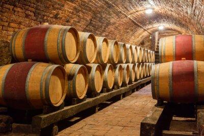 Barriques de chêne dans une cave souterraine