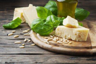 Papiers peints Basilic, fromage, pin et huile d'olive sur la table en bois