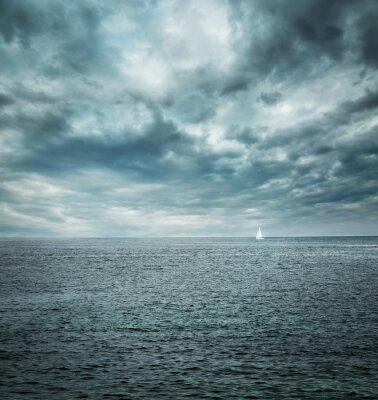 Papiers peints Bateau à voile à Stormy Sea. Fond noir.