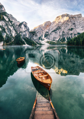 Papiers peints Bateaux et construction de glissade dans le lac de Braies avec l'eau cristalline en arrière-plan de la montagne Seekofel dans les Dolomites dans la matinée, Italie Pragser Wildsee
