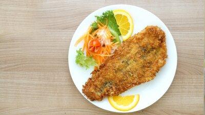 Papiers peints battues steak de poisson avec salade et légumes