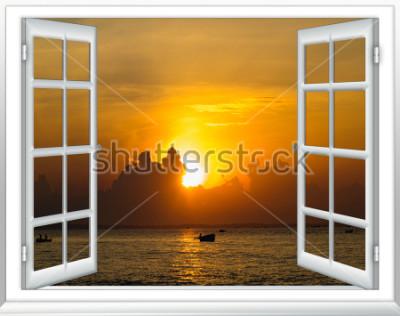 Papiers peints beau coucher de soleil sur la mer vue depuis la fenêtre avec les rideaux ouverts
