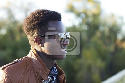 Papiers peints Beau jeune homme noir à lunettes de soleil et une veste en cuir  un fb61b19678d7