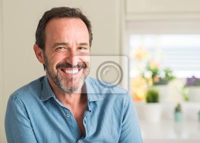 Papiers peints Beau, moyen age, homme, à, a, heureux visage, debout, et, sourire, à, a, sourire confiant, projection dents