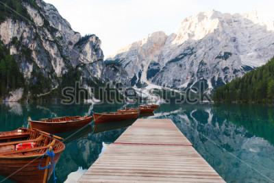 Papiers peints Beau paysage du lac de Braies (Lago di Braies), lieu romantique avec pont en bois et bateaux sur le lac alpin, Alpes, Dolomites, Italie, Europe