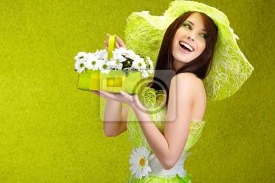 Beau portrait de femme au printemps. concept vert
