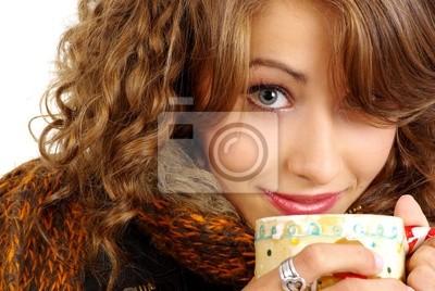 beau portrait de jeune fille avec une tasse de café chaud