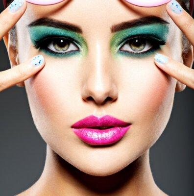 Papiers peints Beau visage d'une femme avec un maquillage des yeux vert vif