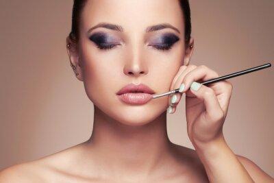 Papiers peints Beau visage de femme. Beauté fille avec Perfect make-up.Makeup artiste applique lipstick.cosmetics