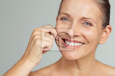 Papiers peints Beauté femme mature tirant une peau parfaite