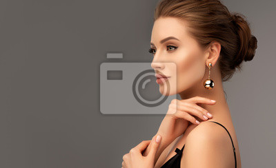 Papiers peints Beautiful girl . Fashionable and stylish woman in trendy jewelry big earrings .  Fashion look  , beauty and style. Natural makeup & easy styling