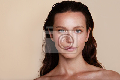 Papiers peints Beauty woman portrait. Beautiful spa model girl with perfect fresh clean skin. Youth and skin care concept. Beige background. Nude makeup