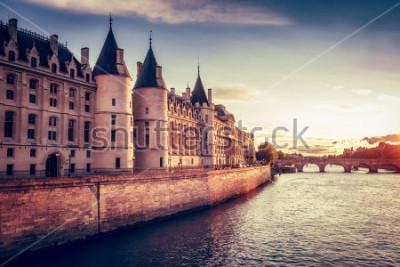 Papiers peints Bel horizon de paris, france, avec conciergerie, pont neuf au coucher du soleil. Fond de voyage coloré. Paysage urbain romantique.