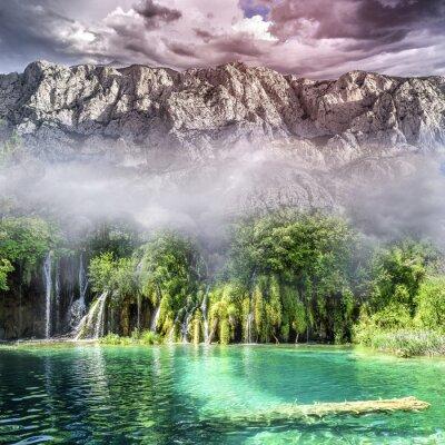 Papiers peints Belle cascade dans la jungle avec des roches en arrière-plan.