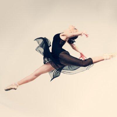 Papiers peints Belle danseuse posant sur fond de studio
