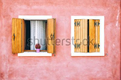 Papiers peints Belle façade colorée sur l'île de Burano, au nord de l'Italie. Rouge deux fenêtres à volets en bois