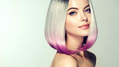 Papiers peints Belle femme à colorier. Coupe de cheveux à la mode. Coiffure courte. Modèle blond avec une coiffure courte et brillante. Concept Coloration des cheveux. Salon de beauté