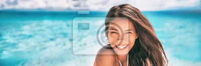 Papiers peints Belle femme asiatique souriante relaxante sur panorama de bannière de bronzage plage d'été.