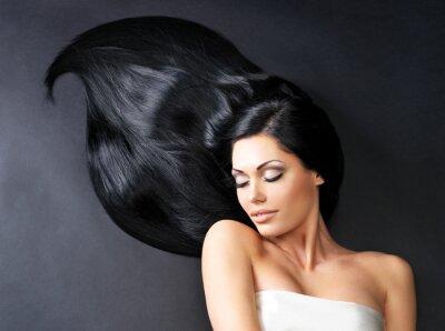 Papiers peints Belle femme avec de longs cheveux raides