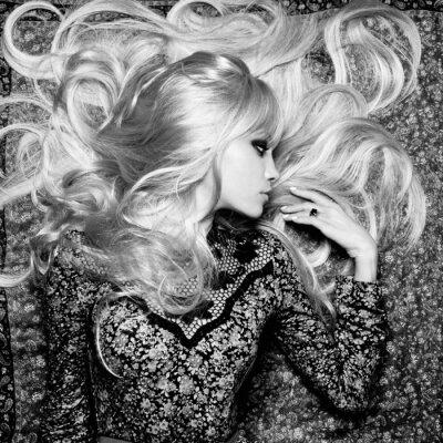 Papiers peints Belle femme avec de magnifiques cheveux
