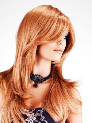 Papiers peints Belle femme avec des poils rouges longs