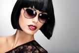 Belle femme brune avec coiffure tourné avec des lunettes de soleil rouges e9ea13bd24a6