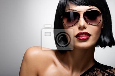 Papiers peints belle femme brune avec coiffure tourné avec des lunettes de soleil  rouges c8a582d12e13