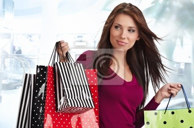 Belle femme d'achats à un tirage commercial