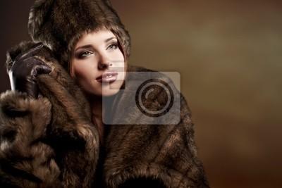 belle femme dans un manteau de fourrure