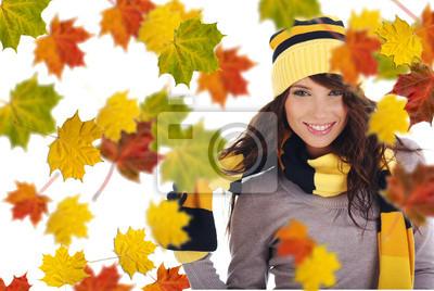 Belle femme portant un chapeau et des gants et des feuilles d'érable