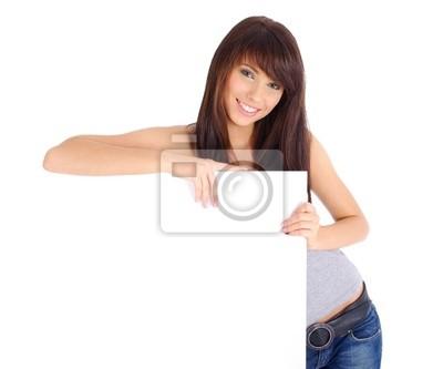 Belle femme tenant vide tableau blanc