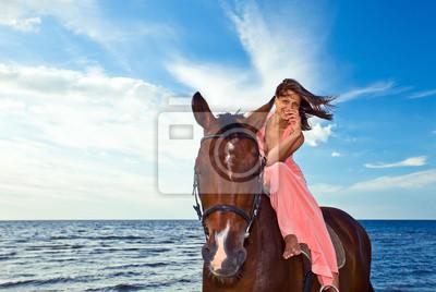 belle fille à cheval sur le littoral